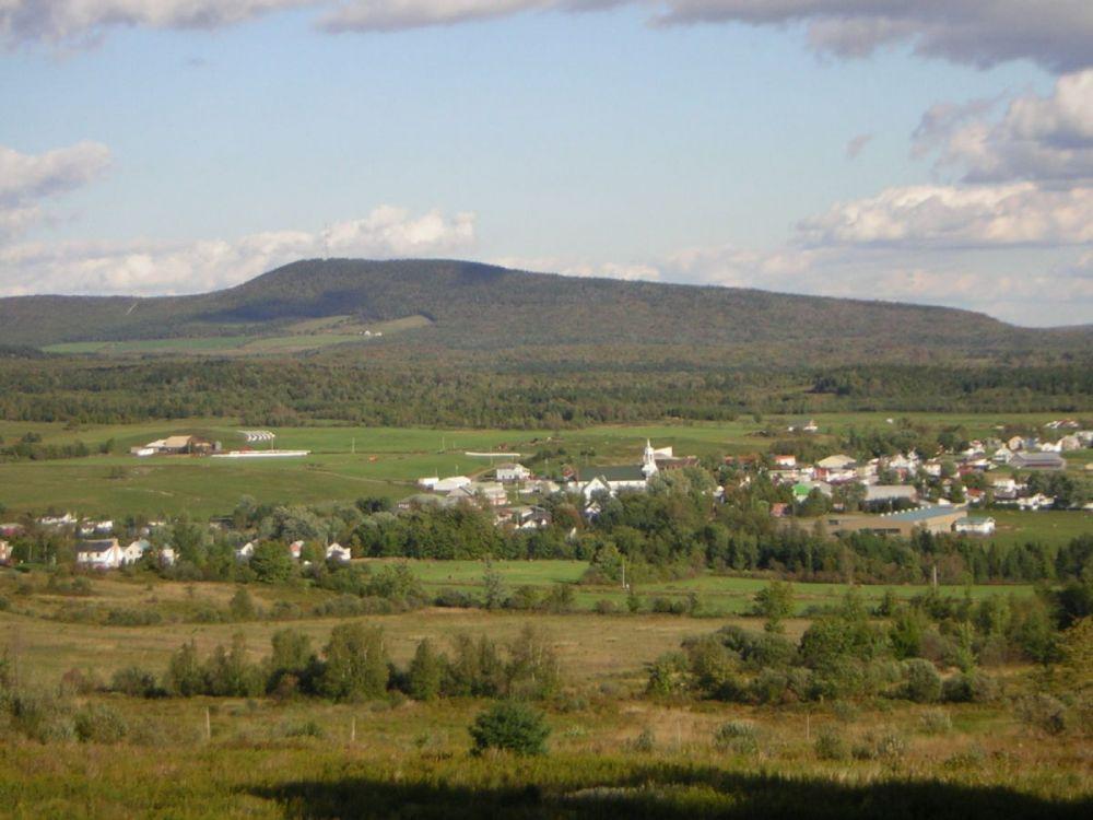 Village de Ham-Nord et montagnes